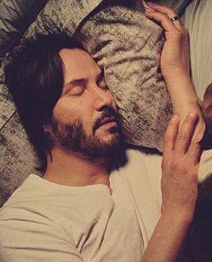 """""""Daddy é tão fofinho acordado quanto dormindo"""" Keanu Reeves Joven, Keanu Reeves Young, Keanu Reeves John Wick, Keanu Charles Reeves, Outfits Casual, Mode Outfits, Keano Reeves, Keanu Reeves Quotes, Johny Depp"""