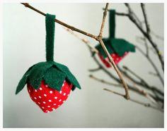 Auch wenn der Frühling von sich aus nicht beginnen möchte, kann man zumindest die Wohnung frühlingshaft dekorieren. Heute möchte ich euch zeigen, wie man ganz einfache Deko-Erdbeeren nähen kann. Ob ihr dafür Stoff oder Filz benutzt ist eigentlich egal, je nachdem was euch … Weiterlesen →