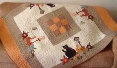 Toalha de mesa com aplicação de gatos, quilt livre, botões. Confeccionada em tecido 100% algodão pré-lavado. As aplicações e cores podem variar de acordo com a sua preferência. R$248,00