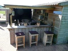 Great idea for a bar / kitchen in the garden with sitting area and shed - Garten - Outdoor Kitchen Garden Bar, Outdoor Furniture Sets, Outdoor Rooms, Outdoor Decor, Backyard Bar, Garden Seating, Outdoor Kitchen, Kitchen Bar, Scaffolding Wood