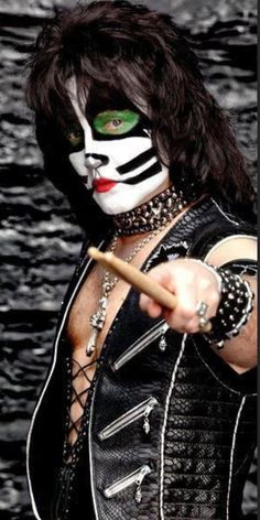 Gene is always talking about the new KISS this and that. Well, the new KISS should have came up with new make-up for Singer and Thayer. Paul Stanley, Gene Simmons, Best Rock Bands, Cool Bands, Eric Singer, Kiss Concert, White Face Paint, Singer Costumes, Peter Criss