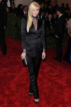 #JaimeKing luce el estilo #punk con un traje de chaqueta negro con cuerpo de encaje de #Topshop, accesorios negros y una corona dorada.