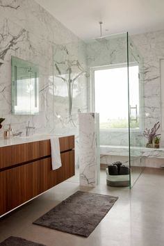 Polished concrete floor and white interior in a superb design house White Marble Bathrooms, Marble Showers, Concrete Bathroom, Glass Bathroom, Concrete Floor, Concrete Design, Bathroom Lighting, Log Home Designs, Bathroom Color Schemes