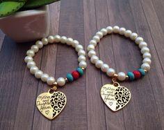 Set de (2) pulseras en perlas mate y turquesas. Dijes de madre e hija color dorado. Todas las pulseras se elaboran a la medida de su preferencia. Puede agregar en las notas de su pedido las especificaciones de su medida. Hermoso regalo para cualquier ocasión. Para envíos internacionales agregue opción de envío: https://www.etsy.com/es/listing/496680732/enviamos-a-todo-el-mundo-envio?ref=shop_home_feat_1