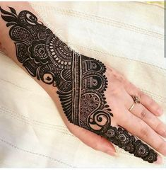 We have Arabic new mehndi designs plane for you. The simple Arabian mehndi design is for beginners. Henna Hand Designs, Peacock Mehndi Designs, Mehndi Designs For Girls, Stylish Mehndi Designs, Wedding Mehndi Designs, Mehndi Design Pictures, Latest Mehndi Designs, Henna Tattoo Designs, Mehndi Images