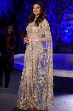 Sushmita Sen at Lakme Fashion Week 2016 : Sushmita opted for a dazzling Manish Malhotra saree with simple makeup and hairstyle. This outfit didn't require any sort of jewelry and I'm glad her stylist knew that. Net Saree Designs, Saree Designs Party Wear, Party Wear Sarees, Trendy Sarees, Stylish Sarees, Fancy Sarees, Designer Sarees Wedding, Bollywood Designer Sarees, Saris