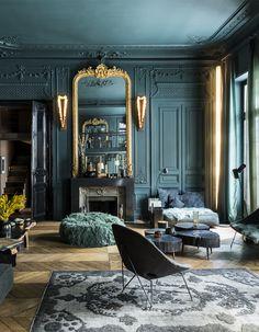 Nouvel opus pour la décoratrice Laurence Simoncini qui met la couleur en scène avec brio dans son appartement face au Louvre. Une démarche audacieuse pour bousculer les codes haussmanniens.