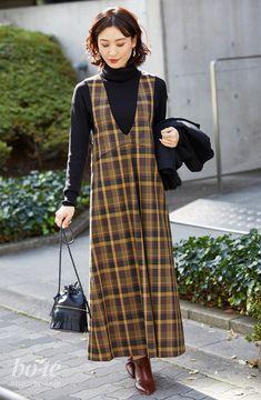 ロングのジャンパースカートは、ファー切り替えのショートコートで抜け感と可愛さを2 Long Skirt Fashion, Modest Fashion, Hijab Fashion, Boho Fashion, Girl Fashion, Fashion Dresses, Denim Overall Dress, Blouse Dress, Office Outfits