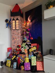 Sinterklaas decoratie 2013. Decor met zwarten pieten die een toren beklimmen in de avond met allemaal pakjes Christmas Art, Xmas, Diy And Crafts, Crafts For Kids, Holiday Crafts, Holiday Decor, School Decorations, Favorite Holiday, Fall Halloween