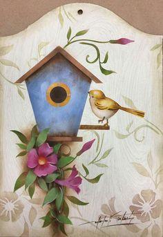 Porta chave passarinho Stencil Painting, Fabric Painting, Painting On Wood, Stenciling, Tile Crafts, Wood Crafts, Diy And Crafts, Painted Clay Pots, Painted Gourds