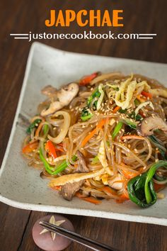 Japchae (Korean Stir Fried Noodles) Flavorful and exquisite Japchae is made of sweet potato noodles, julienne vegetables, and sliced beef tossed in a Korean soy sauce mix. Korean Sweet Potato Noodles, Korean Glass Noodles, Japanese Noodles, Easy Japanese Recipes, Asian Recipes, Ethnic Recipes, Asian Foods, Japanese Food, Korean Dishes