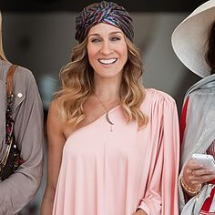 #SJP can do no wrong! Her #turban is a great homage to traditional #MiddleEastern style while still being #fashionforward.