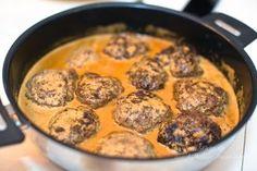 Färsbiffar gör jag ofta när det står still i huvudet och jag inte riktigt vet vad jag är sugen på. De går ju att anpassa och variera hur mycket som helst! Jag köper ALLTID svenskt naturbeteskött. Det är dyrare men vi äter nötfärs högst 1 gång i veckan så då får det vara värt det! […] Meat Recipes, Indian Food Recipes, Snack Recipes, Salad Recipes, I Love Food, Good Food, Minced Meat Recipe, Swedish Recipes, No Cook Meals