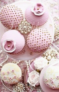 Pink Cakes #PiagetRose love how they decorated around this!