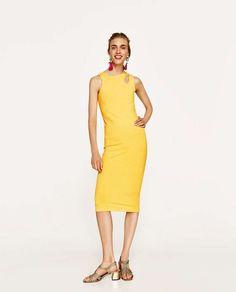 Un #vestido ajustado de punto en color amarillo. Un #look #streetstyle ideal para cualquier momento del día esta #primavera.
