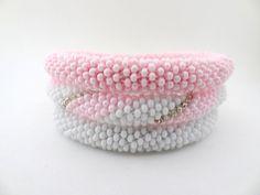 Bracelets perles, Bracelet Bangle crocheté en perles Rose et Blanc. est une création orginale de lesPerlesdeDiamanda sur DaWanda