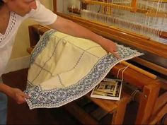 Vävstuga Drawloom Treasures - Opphämta Tablecloth - YouTube