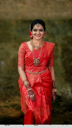 Kerala Hindu Bride, Bridal Sarees South Indian, South Indian Wedding Saree, Bridal Silk Saree, Indian Bridal Outfits, Indian Bridal Fashion, Saree Wedding, Marathi Wedding, Silk Sarees