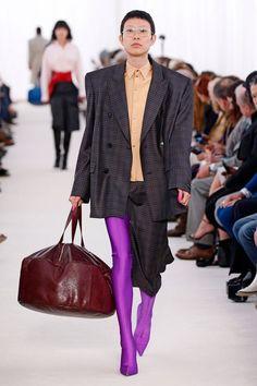 Num clima oitentista, o estilista colocou na passarela da Semana de Moda de Paris muito látex e vinil em cores vibrantes! Demna continua brincando com as proporções e traz ombros oversize, geométricos e cinturas bem ajustadas. As botas superlongas e as bolsas enormes – quase como malas de viagem – também são destaque da coleção
