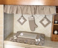 Kitchen Set with oven cover, fire cover, oven glove, curly pot holders Diy Bed Headboard, Headboards For Beds, Kitchen Sets, Kitchen Decor, Ikea Basket, Oven Glove, Ruffle Bedding, Diy Curtains, Beautiful Kitchens