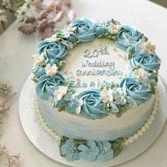 Buttercream Cake Designs, Buttercream Cupcakes, Cupcake Cakes, Wedding Anniversary Cakes, Birthday Cake With Flowers, Rosette Cake, Spring Cake, Blue Cakes, Birthday Cake Decorating