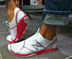 Oproti standardním běžeckým botám, na které je většina lidí zvyklá, je minimalistická obuv lehčí a snáz se přizpůsobí terénu. Ztratila vymoženosti jako různé mezipodešve, gely, pěny a podobně. Noha by se v nich neměla tolik přizpůsobovat botě, ale naopak. Pata není vyvýšená a běžec díky tenčí podrážce daleko víc vnímá