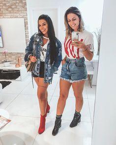 Amigas bem tumblr em casa kkkkk ❤️ bota vermelha, short jeans preto