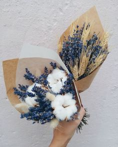The bridal bouquet is one of the most important accessories on your wedding day. In this article you will find five factors to consider when making a choice of your bouquet on your wedding day. Deco Floral, Arte Floral, Dried Flower Bouquet, Dried Flowers, Blue Bouquet, Flowers Nature, Astilbe Bouquet, Fake Flowers Decor, Poppy Bouquet