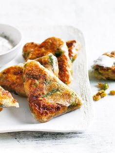 This recipe for pea, spinach and chickpea samosas with mint yoghurt is a delicious way to spice up your weeknight dinners! Indian Food Recipes, Vegetarian Recipes, Cooking Recipes, Healthy Recipes, African Recipes, Curry Recipes, Snacks Für Party, Appetizer Recipes, Recipes Dinner