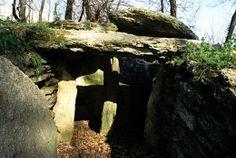 I pesanti lastroni di pietra usati per la costruzione delle tombe