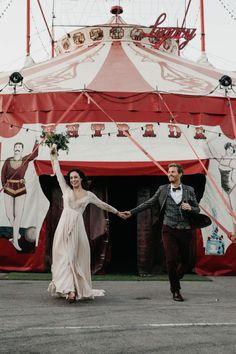 The Knot Worldwide, grupo al que pertenece Bodas.net, os presenta las tendencias nupciales que distinguirán a los enlaces celebrados en 2021. 30 propuestas que os llenarán de inspiración para que vuestro paso por el altar sea único y a la última. #tendencias #bodas #2021 #bodas2021 #ideas #bonitas #moda #nupcial #inspiración #fotografía #circo #CameraObscuraPhoto Ideas Bonitas, Altar, Perfect Boyfriend, Bridal Fashion