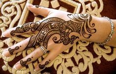 Henna Mehndi is traditionally used by South Asians.Find pakistani, indian henna mehndi patterns and tatoos Henna Hand Designs, Eid Mehndi Designs, Mehandi Design For Hand, Simple Arabic Mehndi Designs, Mehndi Designs For Girls, Mehndi Designs For Beginners, Beautiful Mehndi Design, Latest Mehndi Designs, Simple Henna