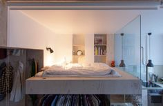 Ágy alatt gardrób, gardrób mellett konyha. Egy kicsi lakás szépségei