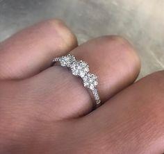 Bague effet floral en or avec diamants Wedding Rings, Engagement Rings, Bracelets, Jewelry, Bangle Bracelet, Engagement Ring, White Gold, Wedding Ring, Enagement Rings