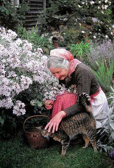 I am in love with Tasha Tudor all over again. I aspire to be like her. (Tasha Tudor with Minou) The Tudors, Crazy Cat Lady, Crazy Cats, Vie Simple, Amor Animal, Foto Poster, Cat People, Tier Fotos, Farm Life