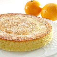 Cómo hacer un queque de naranja. El queque es la típica torta o bizcocho de algunos países de América Latina, como Colombia, Perú o Chile. Podemos elaborar la receta tradicional, compuesta por harina, azúcar, leche y huevos, o incorp...