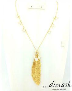 Apuesta a lo sencillo con este collar de  85 cm con cadena y dije en chapa de 22k con perlas de rio