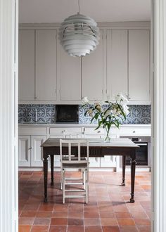 Today I'm sharing five kitchen tile trends to consider for your home, including terracotta tiles to honeycombe tiles. Home Kitchens, Kitchen Floor Tile, Kitchen Design, Kitchen Tiles Design, Kitchen Flooring, Kitchen Decor, Trendy Kitchen Tile, Kitchen Interior, Apartment Kitchen