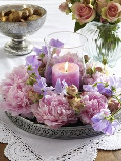 Romantisch DIY-Idee: Windlicht mit Pfingstrosen What a fantastic combination? Peonies, a bit of shabby chic and romantic candlelight. Mesas Shabby Chic, Shabby Chic Romantique, Cute Mothers Day Gifts, Fleurs Diy, Deco Floral, Wedding Decorations, Table Decorations, Diy Décoration, Shabby Chic Homes