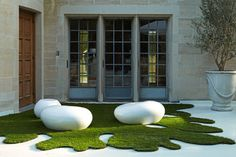 A Beverly Hills estate courtyard was modernized with pebble seating and artificial grass......beautful  - Amazonartificialgrass.ie