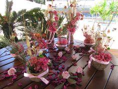 Lindo Kit rosa, valor R$ 195,90 composto por:  - 8 arranjos de flores secas & hortências rosas na cumbuca de castanha-do-pará,juntamente com sempre vivas,mosquitinhos,aspargos secos e muito mais, medidas: 5X17 cma.alt. ideias como centro de mesa de sua festa!  -Duo de arranjos no tronco seco do serrado, com rosas em e.v.a.mesmas flores das cumbucas medem aprox.7 cm.larg.45 cm.alt.  -300 gramas de flolhagens verdes e flores de algodão cor pink, perfeitas combinação com o rosa!  -12 mini rosas…