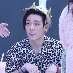 "285 curtidas, 1 comentários - iKON pics & vids (@ikonception) no Instagram: ""he looks so good with a crown i'll never get over this #ikon"""
