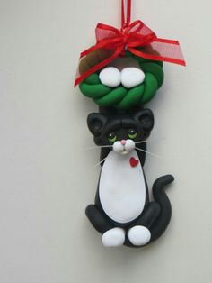 Just hanging around Christmas Arts And Crafts, Christmas Clay, Christmas Ornaments, Polymer Clay Ornaments, Polymer Clay Crafts, Clay Cats, Cat Decor, Air Dry Clay, Clay Projects