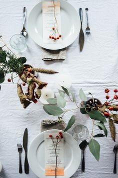 Ideas para decorar la mesa de Navidad - Mesa en tonos neutros, temática campestre.