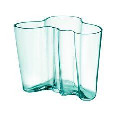 IITTALA – Vase Aalto   SCHÖNER WOHNEN-Shop Die Aalto Vase wurde von Alvar Aalto und seiner Frau Aino 1936 für eine Designausschreibung für die Pariser Weltausstellung 1937 der Karhula-Iittala Glaswerke entworfen.
