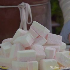 Fazer marshmallow em casa é mais fácil, prático e gostoso do que você imagina! Candy Recipes, Sweet Recipes, Baking Recipes, Dessert Recipes, Healthy Recipes, Tasty Videos, Food Videos, Comida Diy, Delicious Desserts