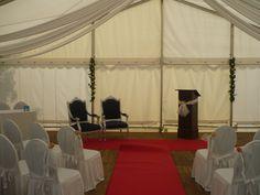 Het bruidspaar zit prinsheerlijk en iedereen kan de ceremonie goed volgen!