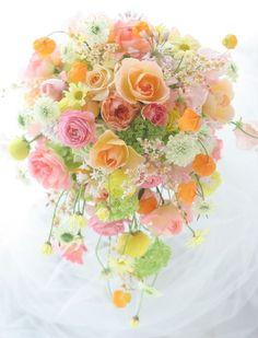 エメラルドグリーンの柔らかなフリルが幾重にも重なる素敵なドレスでした。表参道のルアンジェ教会で挙式、ニューオータニでご披露宴の新婦様。こちらはご披露宴用の... Pastel Flowers, Yellow Flowers, Pastel Bouquet, Colorful Flowers, Spring Bouquet, Yellow Bouquets, Floral Bouquets, Bride Bouquets, Yellow Wedding