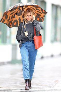 Casual: Sienna Miller proved that she could still look chic while battling the New York April showers, donning a leopard print umbrella to run errands on Friday Fall Outfits, Fashion Outfits, Fashion Tips, Fashion Trends, Fashion Ideas, New York Rain, Sienna Miller Style, Oversized Jumper, Look Chic