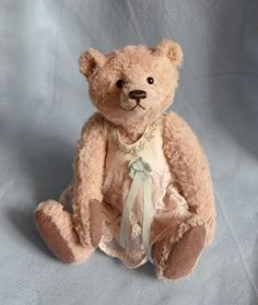 Annette by Jane Humme. A 16,5 cm teddybear made exclusively for Teddy Bears of Witney's 2017 collection.